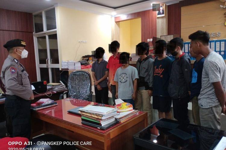 Delapan orang pemuda yang diamankan terkait kasus bullying bocah penjual jalangkote akhirnya ditetapkan sebagai tersangka oleh penyidik Polres Pangkep, Senin (18/5/2020).(Dokumentasi Polres Pangkep)