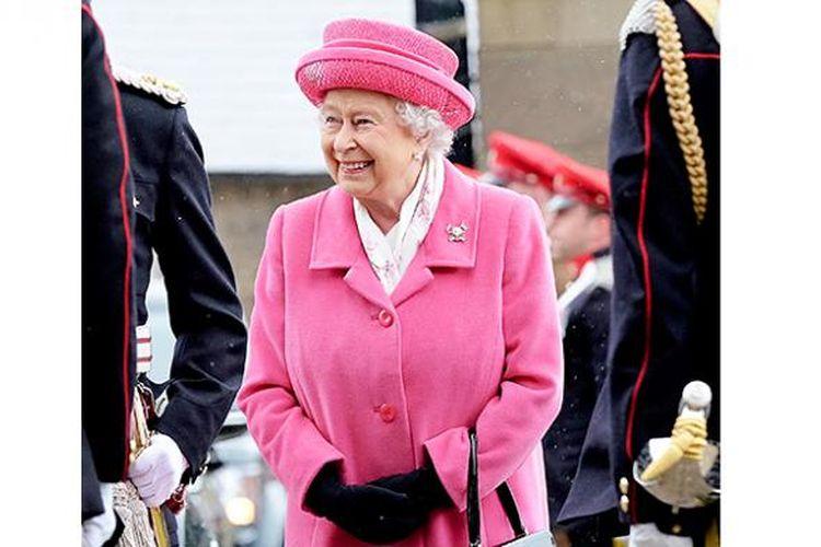 Ratu Elizabeth rayakan kelahiran cicit perempuan dengan mengenakan busana warna merah muda
