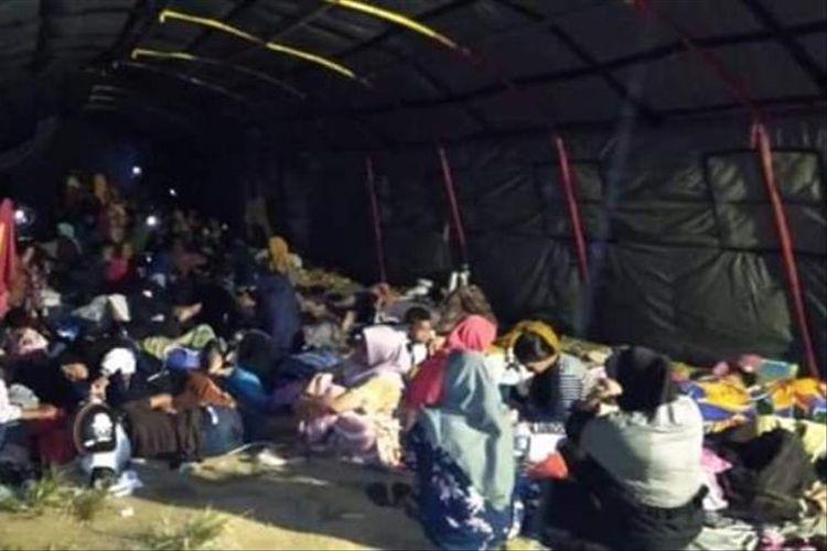 Warga Labuha, Kabupaten Halmahera Selatan memilih mengungsi dan tidur di tenda darurat setelah gempa bermagnitudo 7.2 mengguncang wilayah tersebut, Minggu (14/7/2019)