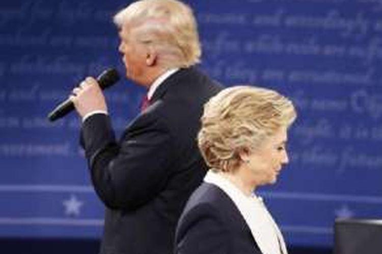 Hillary Clinton dan Donald Trump dalam debat kedua mereka sebagai kandidat Presiden AS pada Minggu (9/10/2016) malam waktu setempat di Universitas Washington, St Louis, Missouri