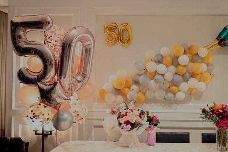 Ucapan selamat ulang tahun pada orangtua bisa kita sampaikan lewat kartu atau mempersiapkan pesta khusus di rumah.