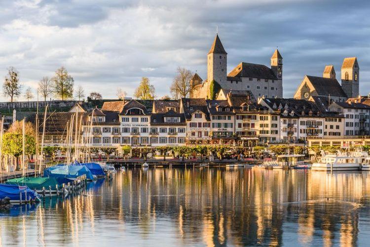 Tempat wisata di Swiss - Danau Zurich dan pemandangan Rapperswil.