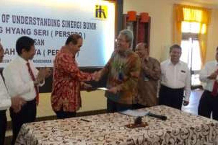 Dirut PT Sang Hyang Seri, Syaiful Bahri dan Nel Adianto dari PT Indah Karya (Persero) saat menandatangani MoU kerja sama penataan jaringan irigasi di Sukamandi, Subang, Jawa Barat, Jumat (18/11).