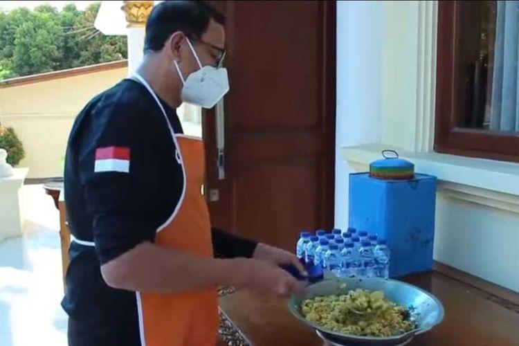 Gubernur Banten Wahidin Halim memasak nasi goreng kambing saat ada warganya menerima bantuan beras berjamur