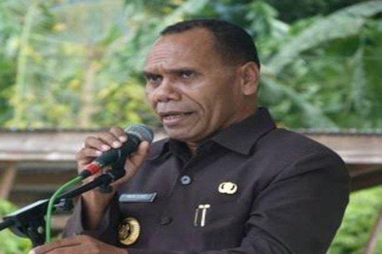 Bupati Alor, Drs Amon Djobo. Inilah profil Amon Djobo, Bupati Alor, NTT yang memarahi serta mengusir dua staf Kemensos. Ia pernah mengancam akan menembak seorang kolonel TNI AD.