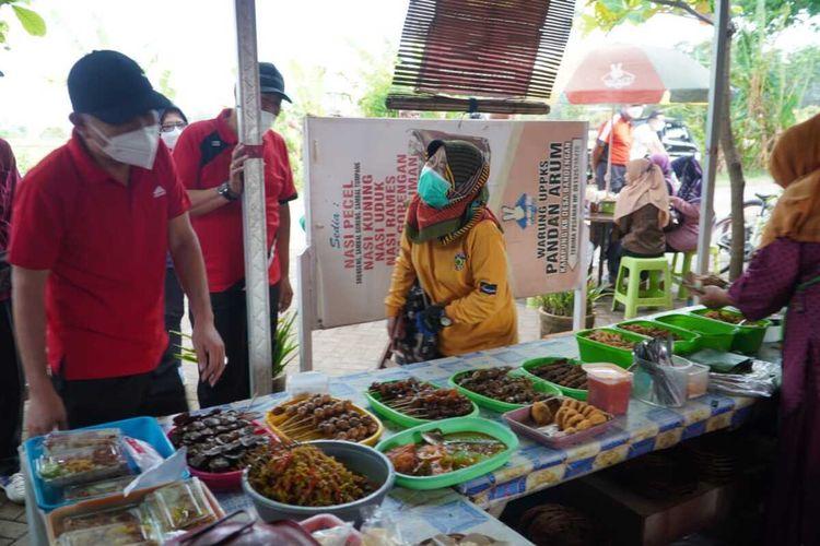 Bupati Jepara Dian Kristiandi saat jajan di salah satu warung pecel di Desa Bandengan, Kecamatan Jepara, Jumat (20/8/2021) pagi.