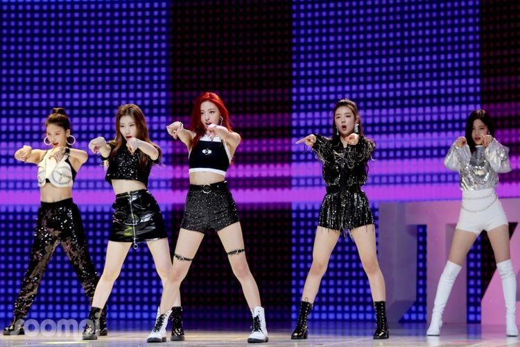 Girlband baru bentukan JYP Entertainment, ITZY, yang melakukan debut lewat showcase di Seoul, Korea Selatam, Selasa (12/2/2019).
