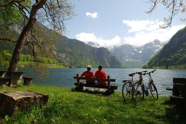 Pemandangan danau Hallstatt serta pegunungan Dachstein yang dapat dilihat dari jalur sepeda di sekeliling danau Hallstatt.