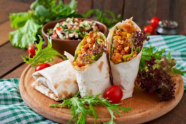 Un ejemplo de un típico burrito mexicano relleno de carne picada y verduras.