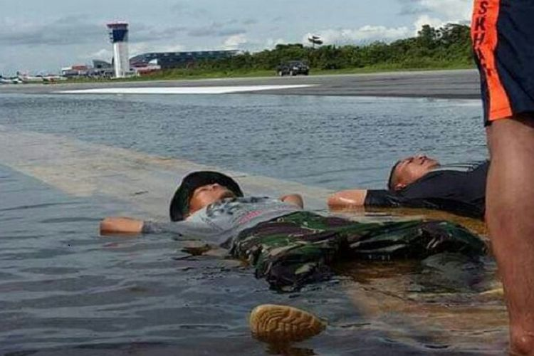 Air menggenangi runway Bandara Supadio Pontianak, Minggu (12/11/2017). Bandara Supadio Pontianak terpaksa ditutup sampai waktu belum bisa ditentukan.