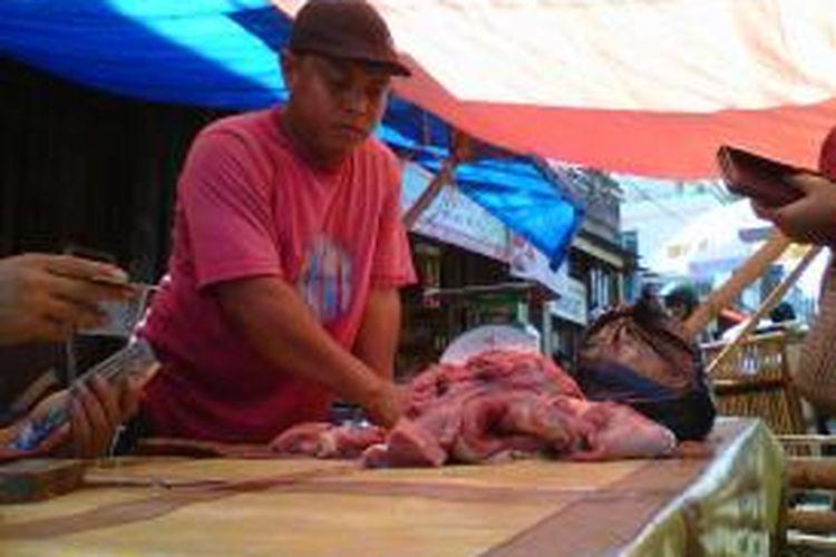 Jelang sore, pedagang daging sapi di pasar tradisional mengobral dagangannya dengan harga murah.