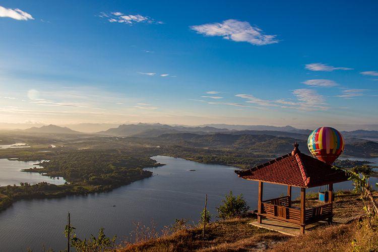 Saung dan ornamen balon udara di Watu Cenik Wonogiri dengan latar belakang pemandangan Waduk Gajah Mungkur dari ketiggian sekitar 300 mdpl.