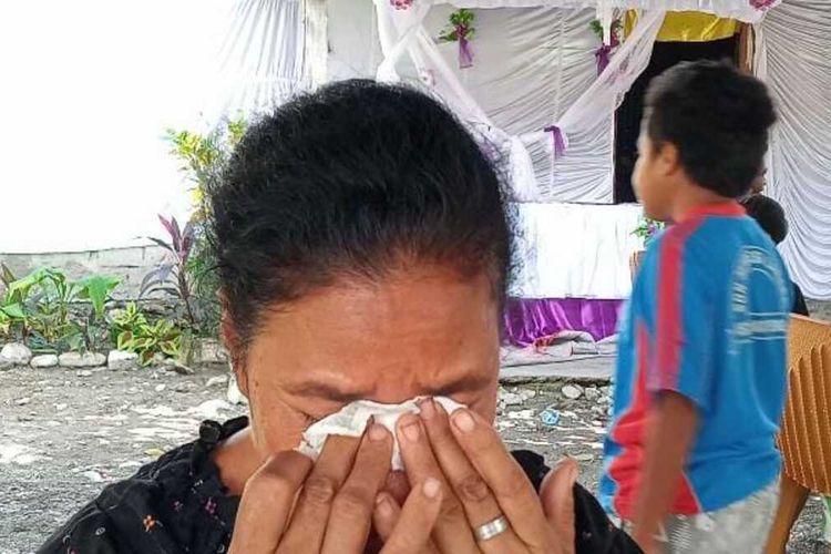 :Ibu kandung Prada Ardi, Heli Astuti saat diwawancarai sejumlah awak media di Betun, Kabupaten Malaka, NTT, Jumat (21/5/2021)