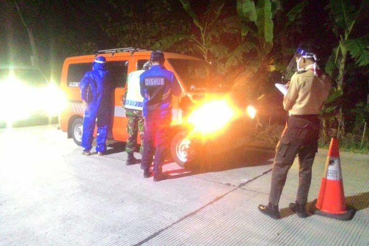 Petugas gabungan melakukan penjagaan di posko perbatasan Kabupaten Banyumas, Jawa Tengah.