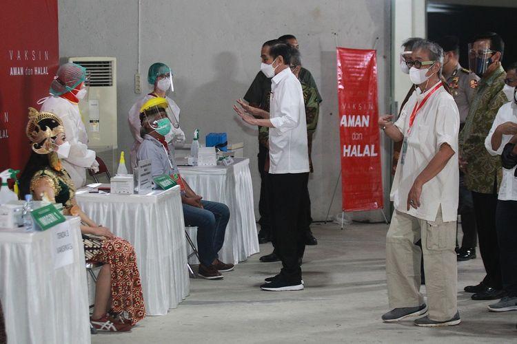 Presiden RI Joko Widodo (ketiga kanan) didampingi Gubernur DIY Sri Sultan HB X (kanan) dan seniman Yogyakarta Butet Kartaredjasa (kedua kanan) meninjau vaksinasi untuk seniman di Padepokan Seni Bagong Kussudihardjo, Bantul, Rabu (3/10/2021). Dalam kunjungan itu Presiden Joko Widodo menyaksikan secara langsung proses vaksinasi COVID-19 bagi seniman di Yogyakarta. ANTARA FOTO/Diaz Firmansyah/AFA/hp.