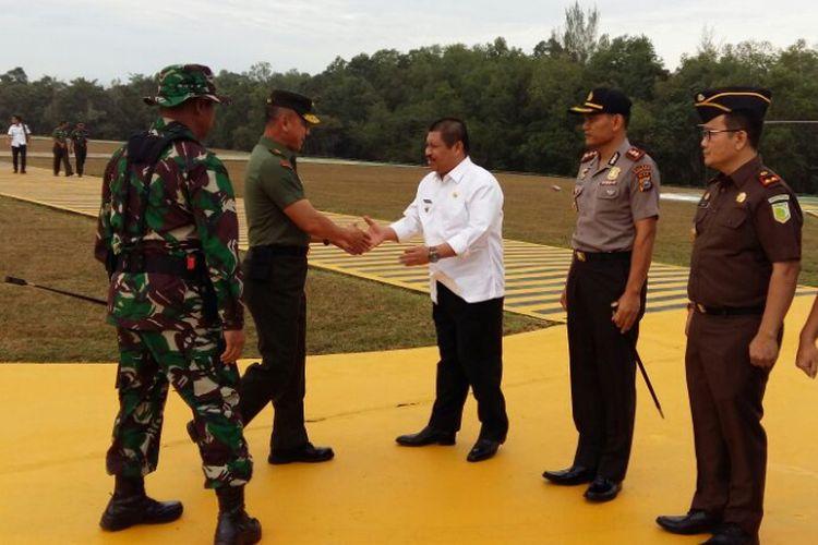 Kasad Jenderal Mulyono turun dari helikopter disambut Bupati Bengkalis Amril Mukminin saat mendarat di kompleks Chevron Duri, Rabu (8/8/2018).