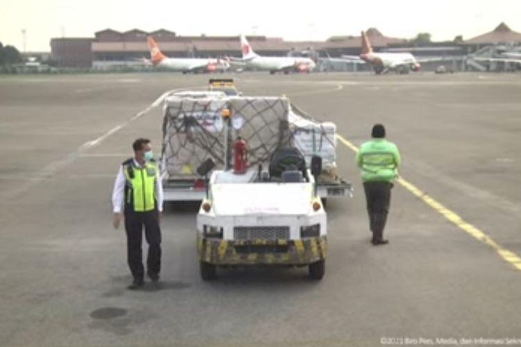 Sebanyak 500.000 dosis vaksin Covid-19 AstraZeneca dari Australia tiba di Bandara Soekarno-Hatta, pada Kamis (2/9/2021).