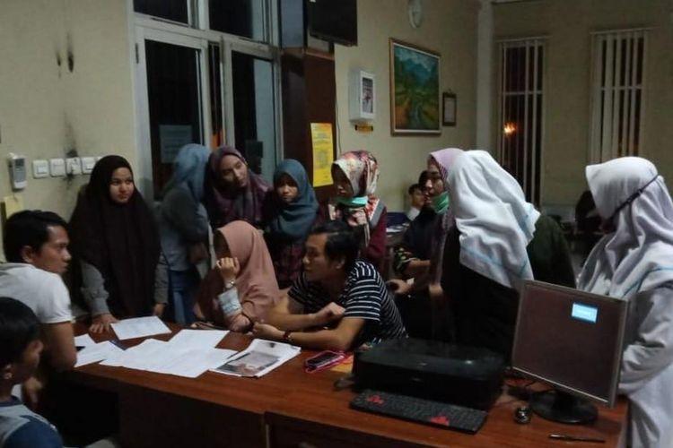 Para korban arisan online membuat laporan di Polresta Palembang, lantaran bandar arisan telah kabur. Setidaknya para korban mengalami kerugian hingg ratusan juta rupiah akibat kejadian tersebut, Kamis (28/3/2019).