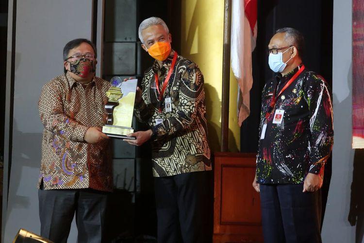 Gubernur Jateng, Ganjar Pranowo saat menerima penghargaan Indonesia Award sebagai Provinsi Inovatif di Auditorium BJ Habibie Jalan Thamrin, Jakarta, Selasa (10/11/2020).