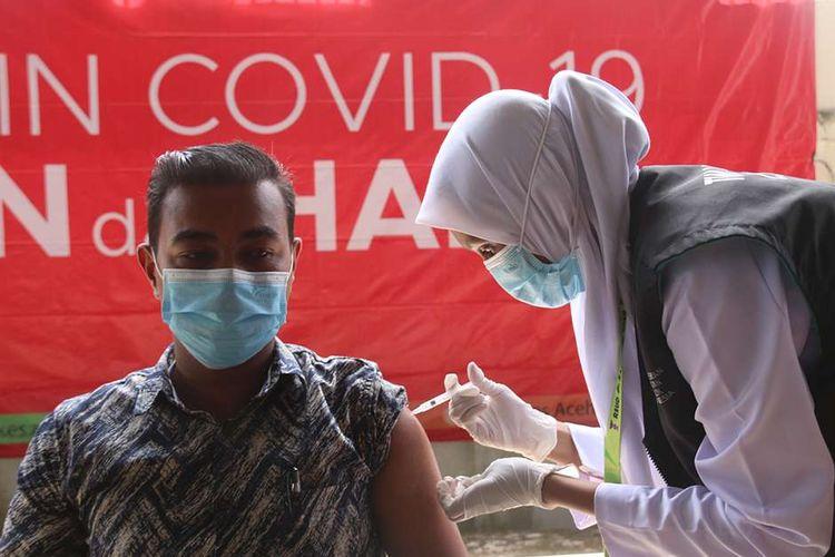 Aparatur Sipil Negara (ASN) dan tenaga kerja kontrak di lingkungan Pemerintah Aceh menjalani penyuntikan vaksin Covid-19 secara massal di Kantor Gubernur Aceh, Kamis (3/6/2021). Iman Murahman, Kabid P2P Dinas Kesehatan Aceh selaku penanggung jawab kegiatan menyebutkan, vaksinasi ini diwajibkan kepada seluruh ASN dan tenaga kerja kontrak untuk mengejar angka realisasi penyuntikan vaksin di Aceh yang saat ini masih sekitar 13 persen.