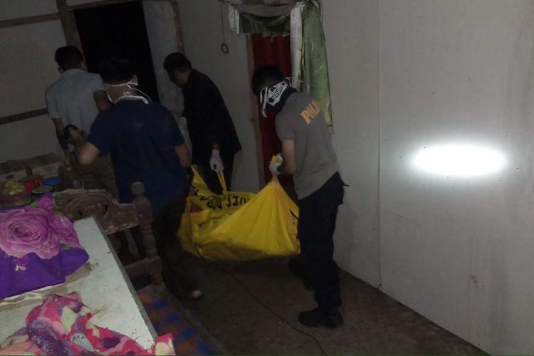 Mayat di dalam rumah warga Jember yang diteukan sudah hampir membusuk