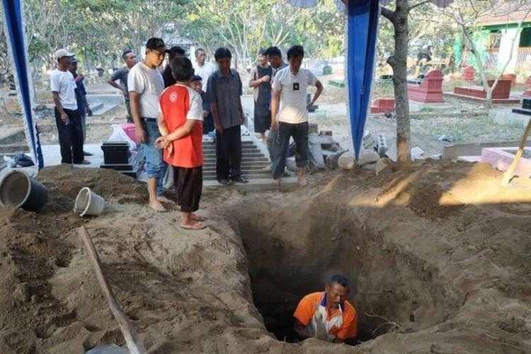 Tim penggali tengah menyiapkan pemakaman di TPU Sasonoloyo, Jalan Perintis Kemerdekaan, Kabupaten Boyolali, yang akan menjadi peristirahatan terakhir Sutopo Purwo, Senin (8/7/2019).