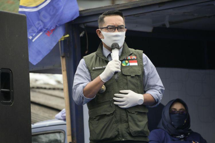Gubernur Jawa Barat Ridwan Kamil saat meninjau posko pencegahan penyebaran Covid-19 Partai Nasdem di Jalan A. H Nasution, Kota Bandung, Selasa (21/4/2020).