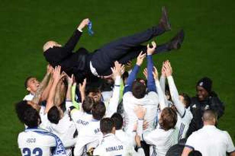 Pelatih Real Madrid, Zinedine Zidane, diangkat oleh para pemainnya seusai laga final Piala Dunia Antarklub 2016 di Yokohama, Jepang, Minggu (18/12/2016).