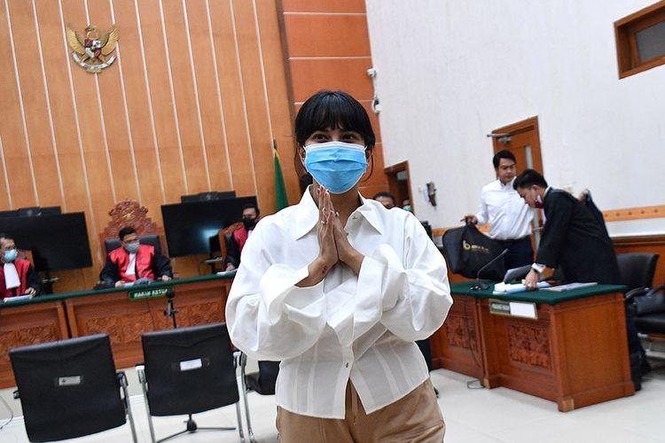 Terdakwa kasus penyalahgunaan obat golongan psikotropika Vanesza Adzania alias Vanessa Angel memberi salam usai mengikuti sidang perdana di Pengadilan Negeri Jakarta Barat, Jakarta, Senin (31/8/2020). Vanessa Angel didakwa atas kepemilikan psikotropika golongan IV yaitu 20 pil xanax.