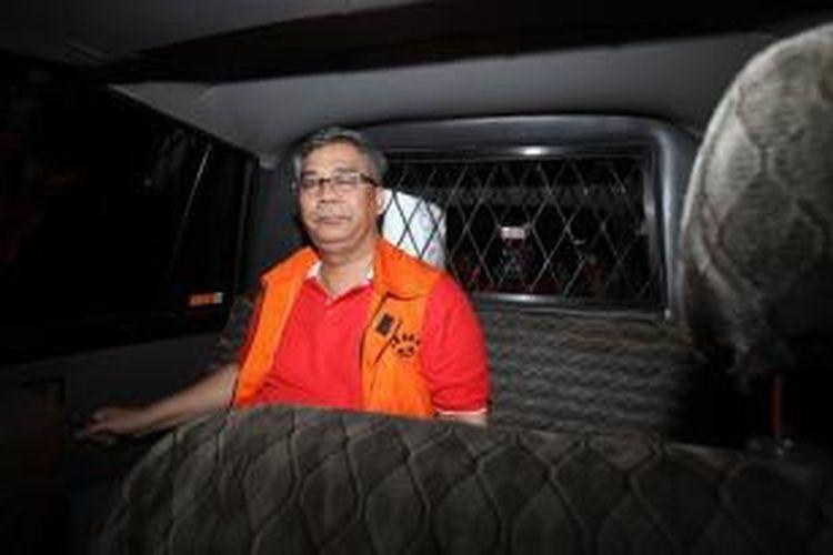 Ketua Mahkamah Konstitusi Akil Mochtar ditahan Komisi Pemberantasan Korupsi usai menjalani pemeriksaan di Gedung KPK, Jakarta, Kamis (3/10/2013). Akil yang telah ditetapkan KPK sebagai tersangka, diduga terlibat dalam suap pengurusan sengketa pilkada Gunung Mas Kalimantan Tengah.