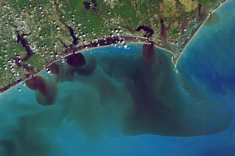 Citra satelit warna alami ini menunjukkan bagaimana banjir telah memengaruhi kualitas air di Sungai White Oak, New River, dan Adams Creek. Semuanya mengalir ke Samudra Atlantik.