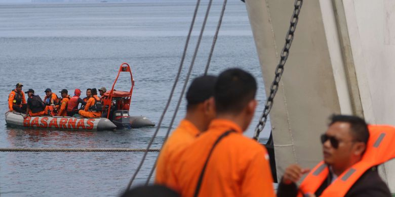Tim SAR gabungan melakukan proses pencarian korban tenggelamnya KM Sinar Bangun di Danau Toba, Simalungun, Sumatera Utara, Kamis (21/6/2018). Pada hari keempat pasca tenggelamnya KM Sinar Bangun, tim SAR gabungan belum menemukan bangkai kapal dan korban yang hilang,  diduga kapal mengangkut sekitar 193 penumpang berdasarkan laporan yang masuk dari masyrakat.