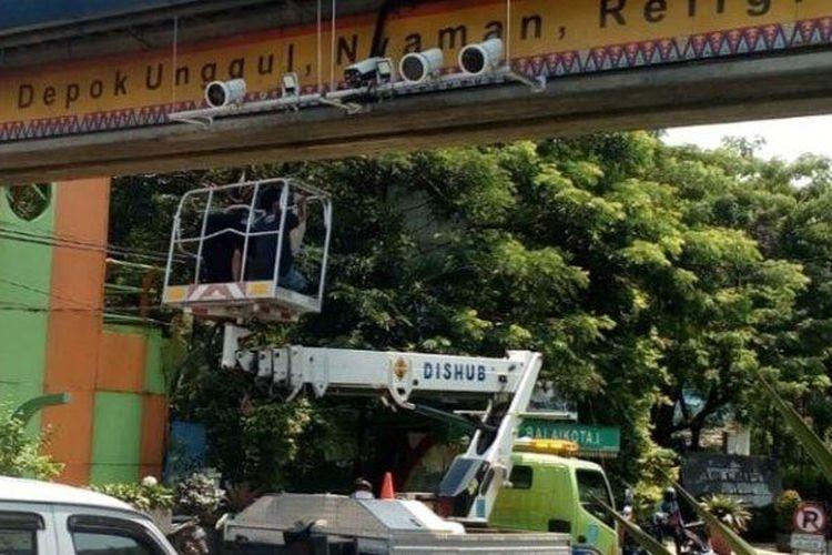 Kamera pengawas sistem tilang elektronik di JPO depan Balai Kota Depok, Pancoran Mas, Kamis (17/9/2020).