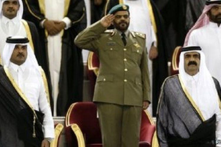 Sheikh Tamim (kiri) dann Sheikh Hamad (kanan). Gambar diambil pada 2003