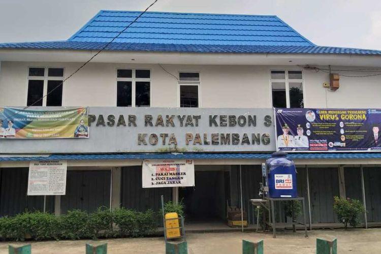 Pasar Kebun Semai di Kecamatan Kemuning, Palembang, Sumatera Selatan yang sempat ditutup lantaran adanya pedagang yang meninggal dalam status sebagai Pasien Dalam Pemantauan (PDP). Setelah dilakukan swab massal, 25 pedangang dan pengelola ternyata ikut terpapar virus Corona.
