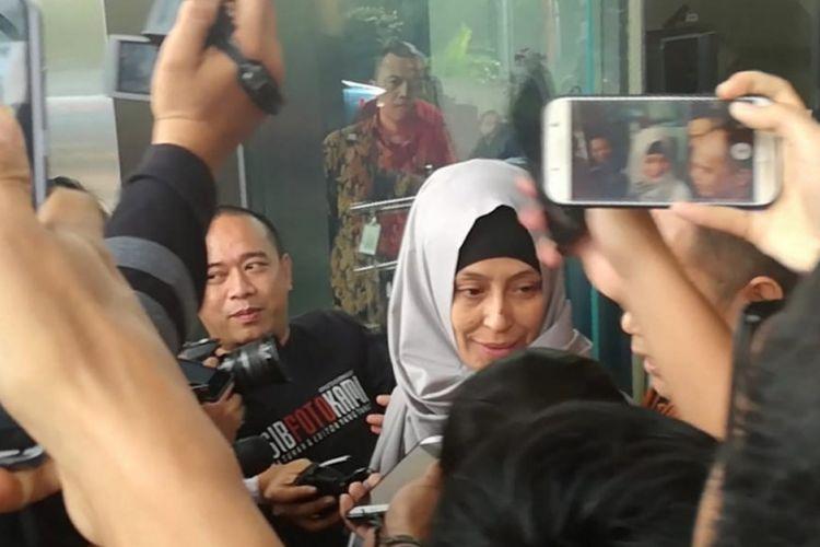 Adik artis Inneke Koesherawati, Ike Rahmawati irit bicara usai menjalani pemeriksaan sebagai saksi dalam kasus dugaan penerimaan suap untuk pemberian fasilitas, perizinan dan lainnya di Lapas Sukamiskin di Komisi Pemberantasan Korupsi, Jakarta, Rabu (8/8/2018).
