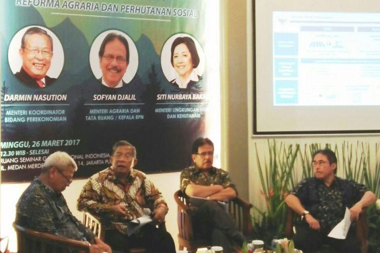 Menteri Koordinator Bidang Perekonomian, Darmin Nasution bersama Menteri Agraria dan Tata Ruang, Sofyan Djalil menghadiri diskusi reforma agraria dan perhutanan sosial di Jakarta, Minggu (26/3/2017).