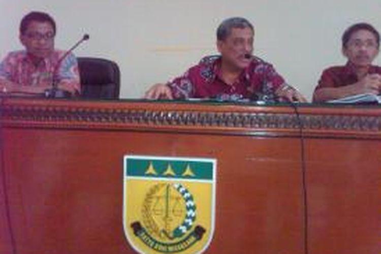 Kepala Kejaksaan Negeri Jember, Jawa TImur, Aris Surya (tengah) saat memberikan keterangan pers kepada wartawan, terkait penanganan kasus korupsi di Jember, Senin (9/12/13)