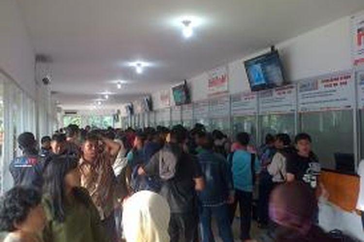 Calon penumpang mengantre di depan loket tiket Stasiun Senen, Jakarta Pusat, Jumat (14/2/2014). Hari ini terjadi lonjakan jumlah calon penumpang kereta api akibat pembatalan penerbangan pascaletusan Gunung Kelud di Jawa Timur sehari sebelumnya.