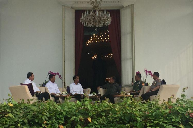 Presiden Joko Widodo memanggil Wakil Presiden Jusuf Kalla, Panglima TNI, Kapolri, dan Kepala BIN ke Istana Merdeka, Jakarta, Senin (17/4/2017).