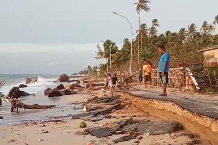 Ruas jalan sepanjang 500 meter di desa Wanger Kecamatan Pulau-Pulau Aru, Maluku mengalami kerusakan parah akibat dihantam abrasi dan gelombang tingginya, Kamis (11/2/2021)