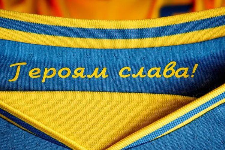 Glory to the Heroes yang tercetak di bagian dalam kerah jersey tim nasional pria Ukraina untuk EURO 2020.