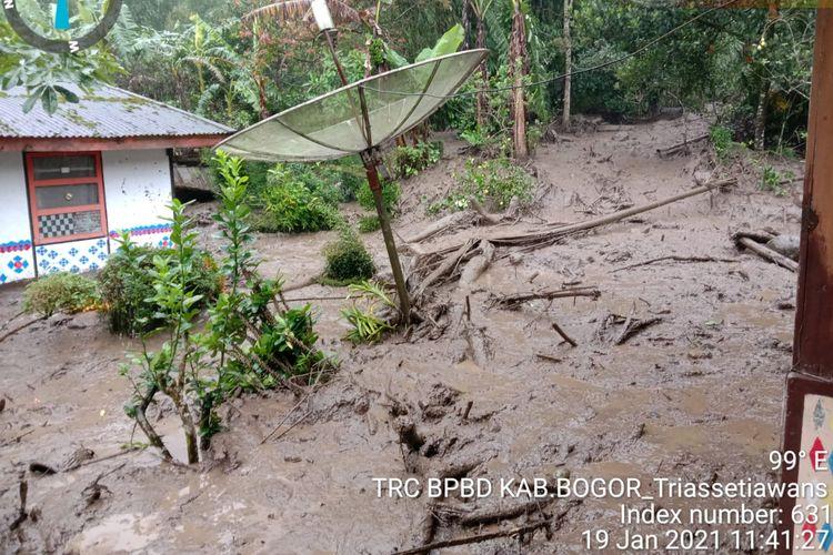 Banjir bandang di Puncak Bogor, Jawa Barat, Selasa (19/1/2021).