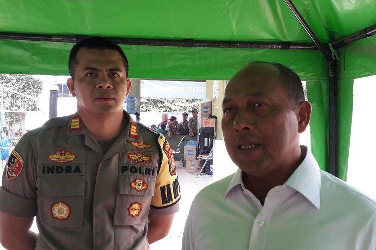 Ketua Satgas Penanganan Pengungsi Luar Negeri Chairul Anwar (kanan) usai rapat koordinasi penanganan pencari suaka.