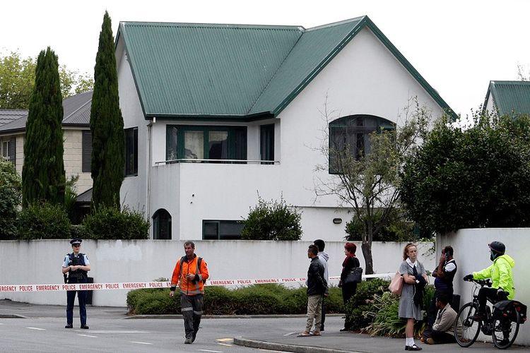 Polisi menutup area di sekitar masjid Al Noor, Christchurch usai serangan teroris yang menewaskan 49n orang, Jumat (15/3/2019).