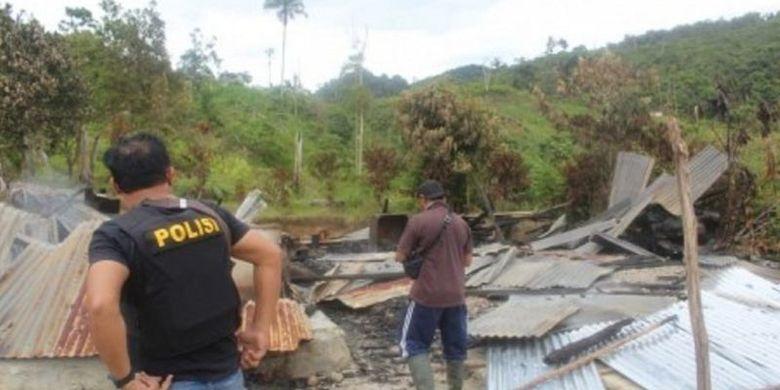Polisi memeriksa bangunan yang dibakar dalam serangan yang diduga dilakukan oleh kelompok teroris Mujahidin Indonesia Timur (MIT) pimpinan Ali Kalora di Dusun Lewonu, Desa Lemban Tongoa, Kecamatan Palolo, Kabupaten Sigi, Sulawesi Tengah, Sabtu (28/11/2020).