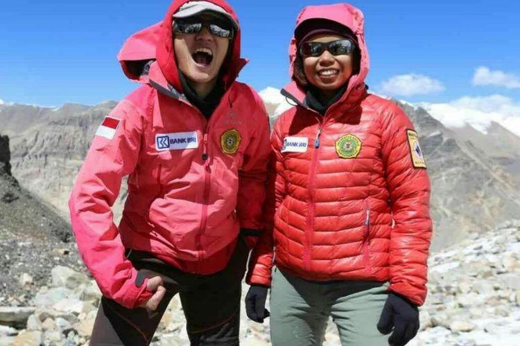 ?Dua pendaki tim Wissemu Fransiska Dimitri Inkiriwang (Deedee) dan Mathilda Dwi Lestari (Hilda) akhirnya berhasil menaklukkan Gunung Everest yang memiliki ketinggian mencapai 8.848 mdpl. Dua srikandi ini menapakkan kaki di titik tertinggi di dunia tepat pukul 05.50 waktu setempat atau pukul 07.05 WIB, Kamis (17/5/2018).