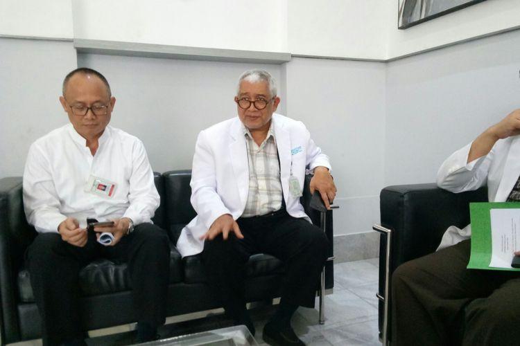 Direktur Medik dan Keperawatan RSHS Bandung dr Nucki Nursjamsi (kiri) dan Komda KIPI Prof dr Kusnandi Rusmil tengah menjelaskan persiapan sarana prasarana jelang pemeriksaan kesehatan bakal Pasangan calon Pilkada 2018 di Jawa Barat