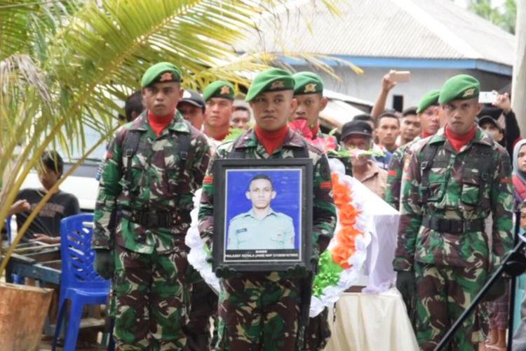 Isak tangis keluarga pecah saat peti jenazah anggota TNI, Praka Anumerta Risno (24), tiba di depan rumah kedua orangtuanya di Desa Konde, Kecamatan Kambowa, Kabupaten Buton Utara, Sulawesi Tenggara, Rabu (19/2/2020) siang.