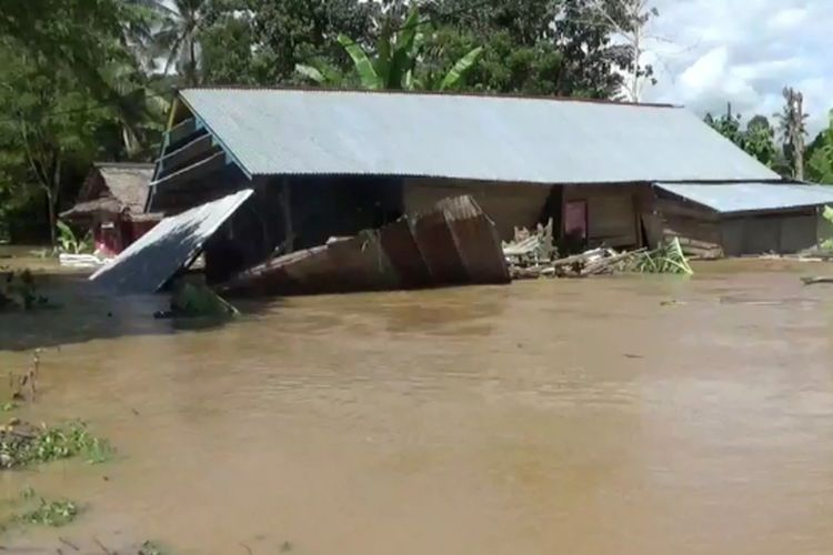 Luapan sungai Lamasi merendam 8 desa dan merusak 5 unit rumah di desa Pompengan utara, Kecamatan lamasi Timur, Kabupaten Luwu, Sulawesi Selatan, Jumat (03/04/2020)